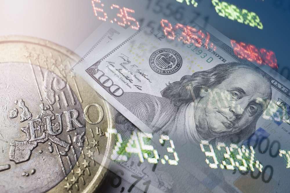 Доллар стремится подорожать к Евро