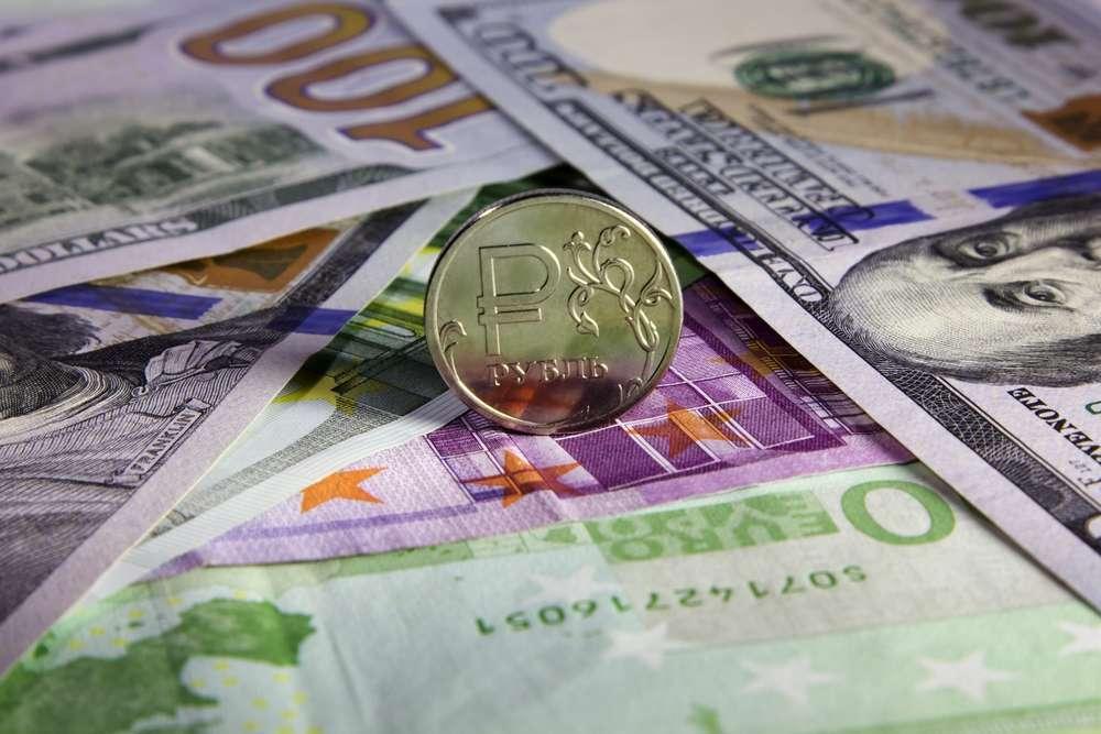 Доллар усиливается, евро слабеет, рубль колеблется