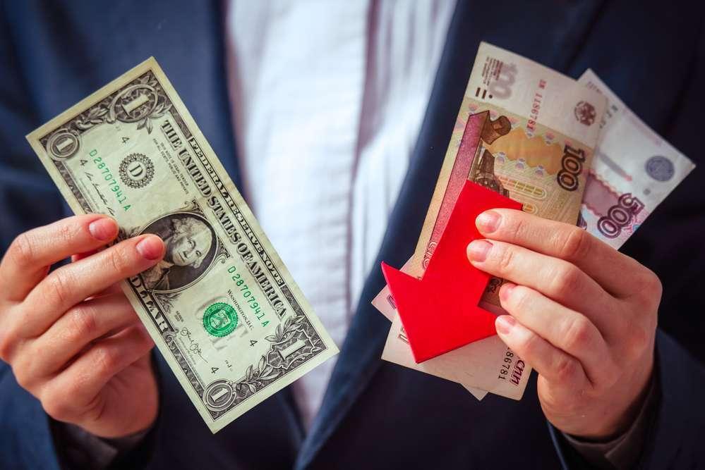 Рубль начал дешеветь по отношению к доллару