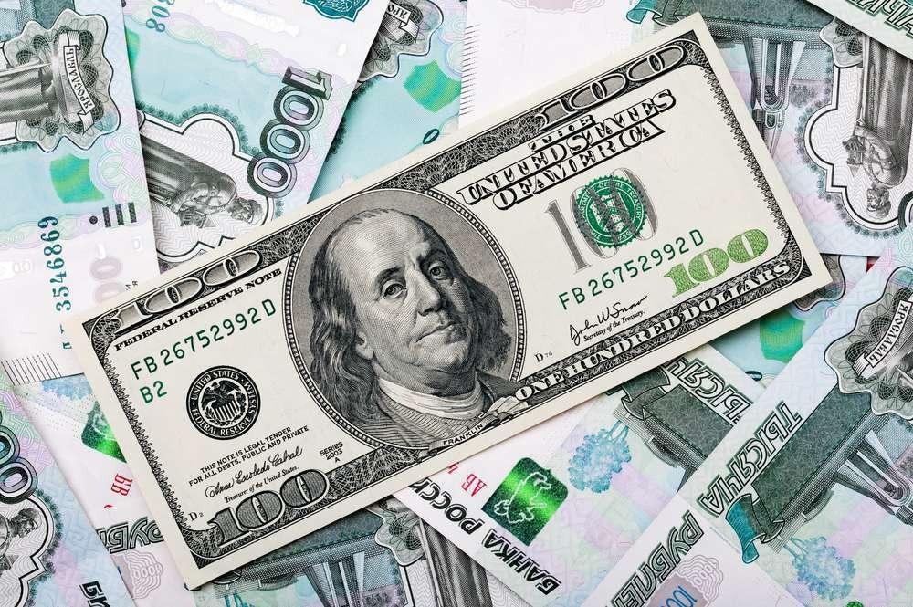 Рубль дешевеет, доллар начинает восстанавливать позиции